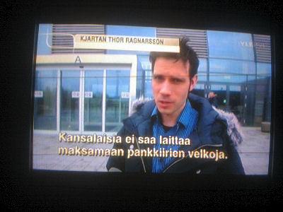hs24.fi - 2011/04/18 - Kuva. Perussuomalaiset Anitta Kangas ja Teuvo Hakkarainen jakavat ...